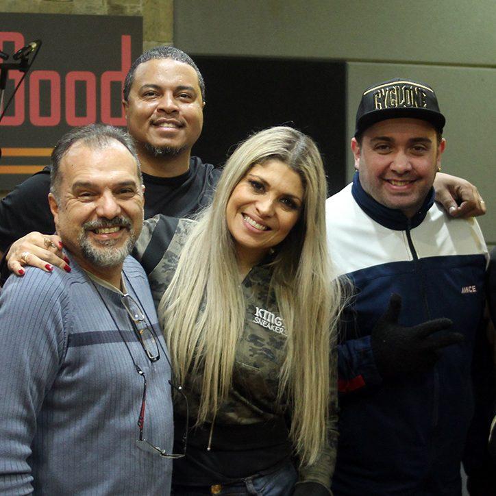 Adryana Ribeiro ensaia no estúdio